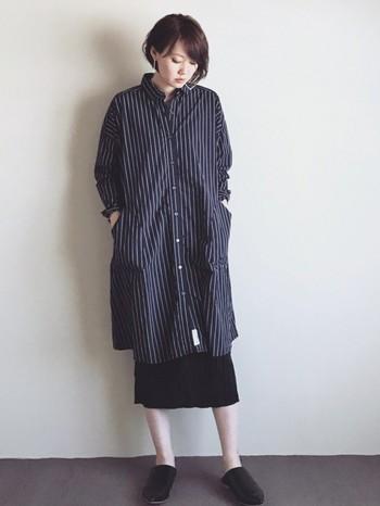 ストライプのシャツワンピースに、ブラックのスカートをあわせたシックな着こなし。素足をみせて、バブーシュを合わせることで春らしさを演出!