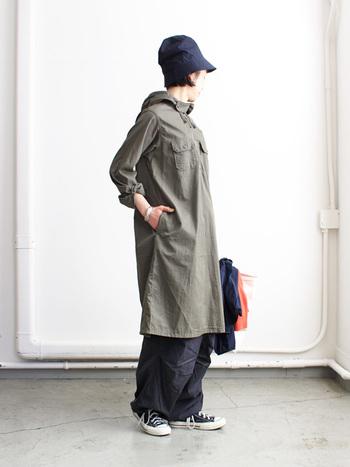 アメリカンテイストが好きな、へそ曲がりな大人のための日常着がテーマの「Engineered Garments(エンジニアードガーメンツ)」のコートです。後ろに大胆なスリットが入っているので、とても動きやすくアクティヴな雰囲気のある1枚です。