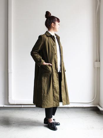 クラシカルでメンズライクな雰囲気のあるオーバーコートです。シャツ×パンツでマニッシュな着こなしをしたり、スカートを合わせてクラシカルに着こなしても素敵ですね。