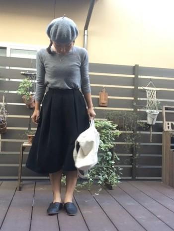 モノトーンでシックにまとめた着こなし。シンプルなバブーシュはスカートとあわせれば、よりキレイめに!