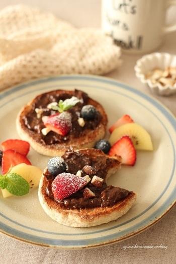 アボカド+ココア+はちみつは、まるでチョコレートクリームのような味わい♪ベリーやいちごなど、お好みのフルーツやナッツを添えて。