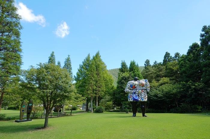 箱根湯本駅から箱根登山鉄道に乗って、5駅先の彫刻の森駅からすぐそばにある美術館です。美術館はダイナミックな野外彫刻に自然の風景が溶け込み、独特のアートとなっています。カラーのある像はフランスの人気アーティスト、ニキ・ド・サン・ファルのもの。