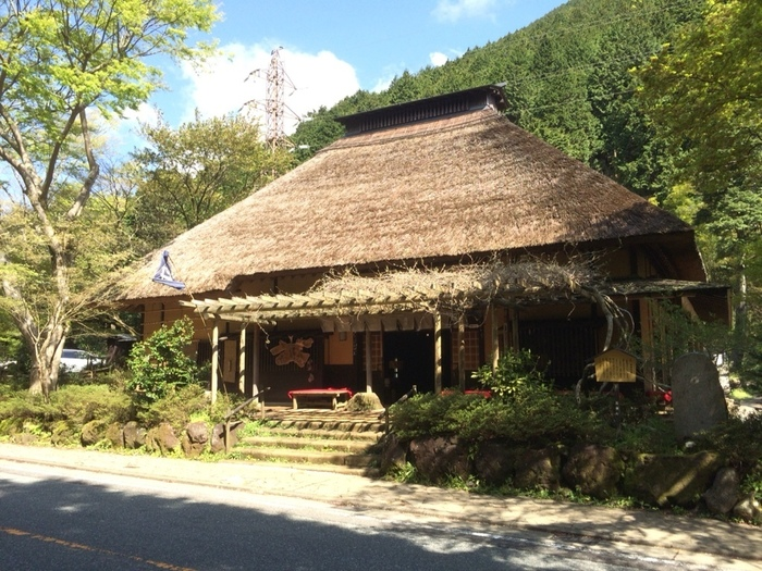 昔ながらの茅葺屋根が特徴的な、甘酒茶屋。江戸時代から続く製法で作る甘酒で、昔ながらの味を楽しむことができます。店内には、囲炉裏なども設置してあり、タイムスリップしたような心地。