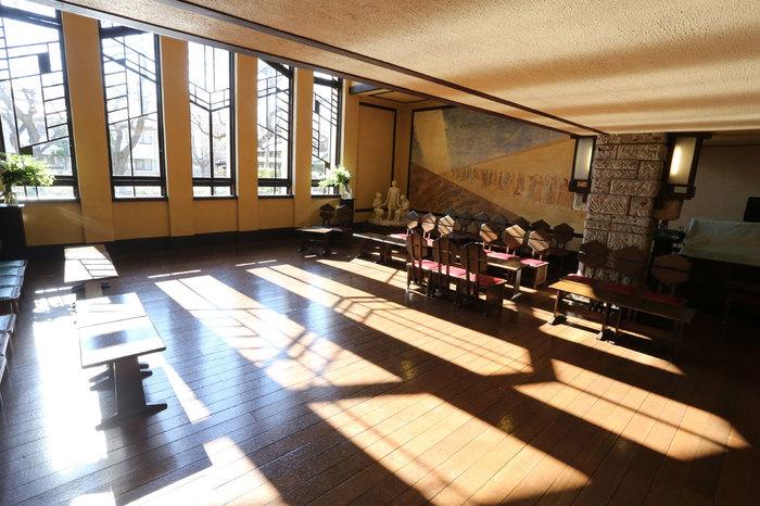 大きな窓からさすやわらかい陽の光と、幾何学模様が織り成す美しい影。ホール内には昔使われていた暖炉もあり、大谷石造りとともに、あたたかくモダンな雰囲気を演出しています。