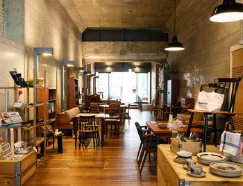 旧万世橋駅をリノベーションした商業空間「マーチエキュート神田万世橋」の一角にある「haluta神田」。美しい北欧デザインのものを中心に、家具、器、雑貨などがヴィンテージ・新品問わずに並びます。