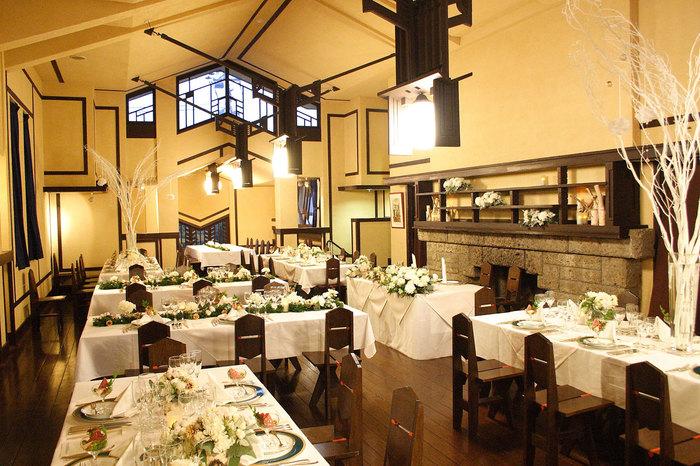 食堂は披露宴会場に。ブラウンが基調の会場で、あたたかみのある雰囲気が魅力的です。年4回オープンするレストラン(不定期)の会場としても使われています。