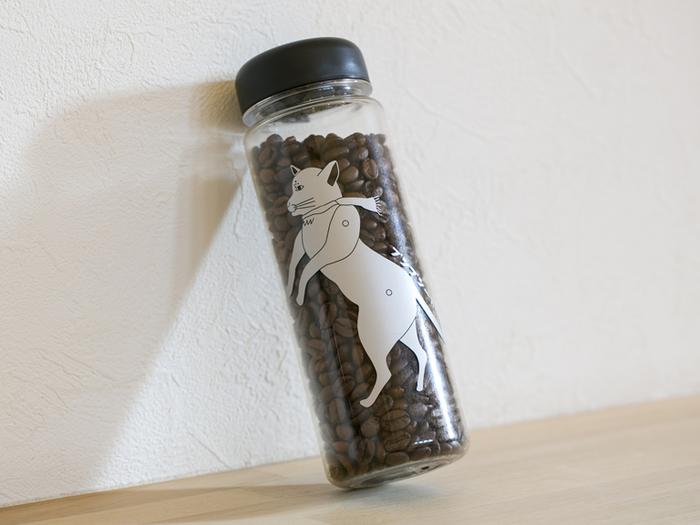 「プシプシーナ珈琲」マスコットキャラクターである「プシ猫」さんがプリントされた「蓋付きウォールマグ」で飲むもよし。なお、飲み口の蓋はスクリュー式で容量は500mL。保温性はありませんが、ホットでもアイスでも繰り返し使えて、ペットボトル感覚で使える軽くて丈夫な水筒です。