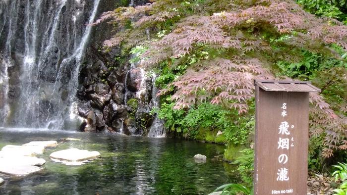 箱根湯本の温泉旅館「天成園」の庭も紅葉スポットとして知られる場所です。その秘密は、庭園の中にある2つの滝、玉簾の瀧と飛烟の瀧。滝と紅葉の折り重なる風景はまさに見ものです。  かの有名な歌人、与謝野晶子に荻原井泉水も天成園の滝の風景を愛したと言います。