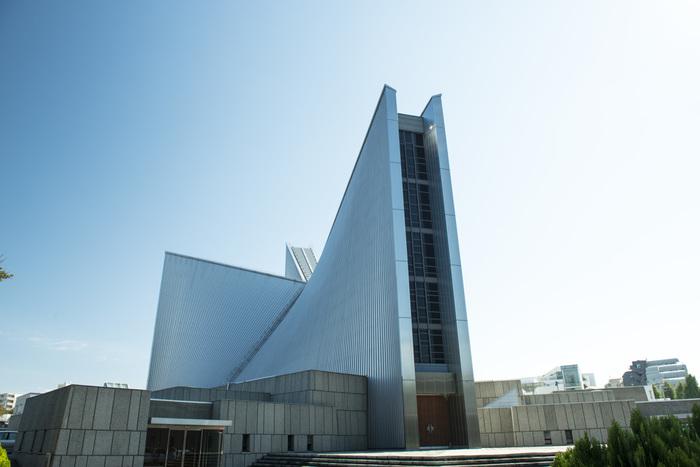 2014年に、献堂50周年を迎えた同大聖堂。日本の建築界に多大な功績を残した偉大な建築家の名建築は、50年も前に建築されたとは思えない洗練されたデザインで、今も色あせることなく人々を魅了し続けています。 地上から見上げるだけでは、キリスト教の教会であるとは思えない外観ですが、上空から見るとキリスト教の象徴である「十字架」を象っているため、一目でキリスト教の関連施設であることを知ることが出来ます。