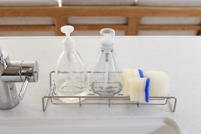 いつものお手入れは台所用の洗剤と柔らかいスポンジ。タワシや固いスポンジを使うとホーローにキズがつきさびてしまうので、NGです。