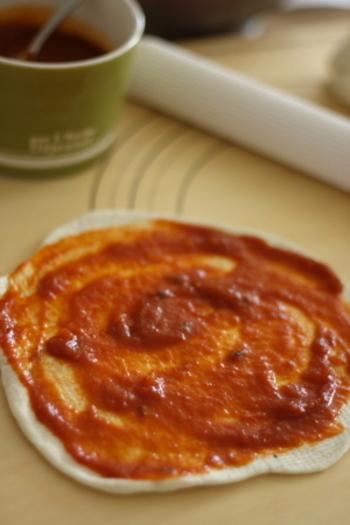 トマト缶を煮詰めて作る自慢のピザソース。フレッシュな完熟トマトを使うとさらに美味しく仕上がります。