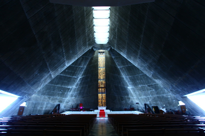 世界的にも有名な日本の建築家・丹下健三氏の設計によって1964年に建設された「東京カテドラル聖マリア大聖堂」。