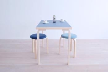 幅は1mジャスト、奥行きは60cmという本当に使い勝手のいいサイズの「80Bテーブル」。セットにできるスツール(下記に詳細あり!)を付ければ素敵な朝食テーブルになるし、愛用の椅子と一緒に使えばスタイリッシュな仕事机に。 ありそうでないこのテーブルの佇まいは、アルテックの素晴らしい発明品である「脚」の部分の柔らかな曲線の賜物。こちらも半円テーブル同様に、他では代替出来ない価値があります。
