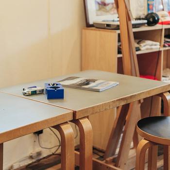 ふたつつなげても◎。画像は60cmの奥行き部分をつなげて長テーブル風にしています。1m幅の部分をつなげれば、120cm×100cmの四角いテーブルにも変身。急なお客様にも対応できる小回りの良さが魅力です。