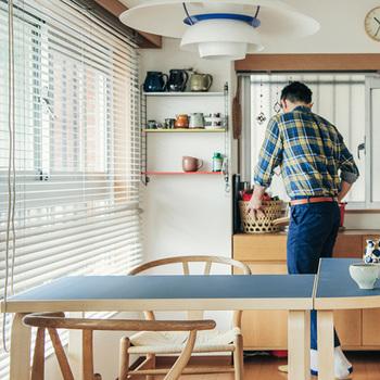 どう使っても様になるし、どう使っても正解な80Bテーブル。木肌の部分は木粉を固めたものではなくしっかりと木材(バーチ材というフィンランドの白樺)だから、スタイリッシュなのにぬくもりを感じるんです。