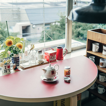 窓辺につけて、お茶や食事を。ひとりで座っても外との一体感が気持ちいいし、二人で座っても、緩やかな円のカーブで気取らない距離感が心地いい。そんな素敵な空間が簡単にできてしまいます。