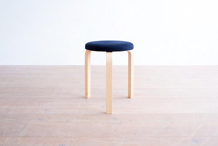 上で紹介したテーブルと合わせたいのは、同じバーチ材で作られた美しい曲線が魅力の「スツール60」。テーブルとの相性の良さは、世界中どこを探してもない組み合わせです。