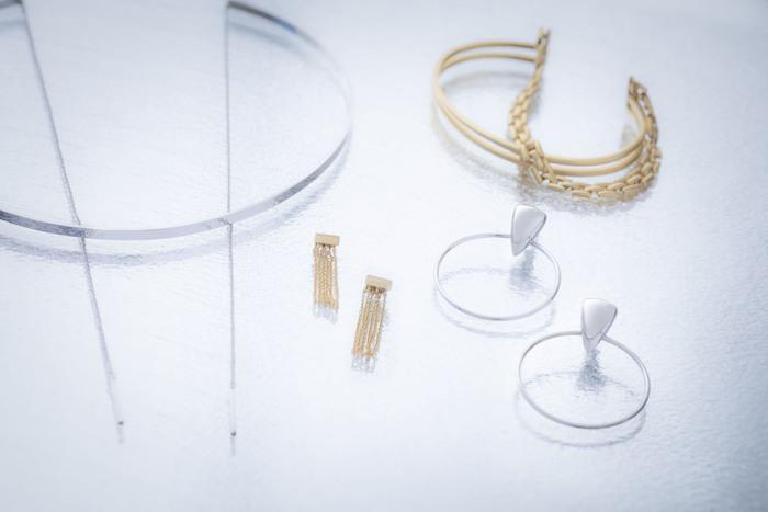"""ギリシャ語で""""宝物庫""""という意味を持つ、アクセサリーブランド「CISOLASSE(シソーラス)」。いつものファッションにさりげなく華やかさを添えてくれる、繊細で上品なアクセサリーを展開しています。"""