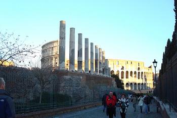 """祀られていたのはローマ神話の愛と美の女神""""ウェヌス(ヴィーナス)""""とローマの女神""""ローマ""""です。2つの神殿は背中合わせになるように作られていて、女神ウェヌスが見つめていたのは神殿の東に位置するコロッセオ(画像奥の建物)。すぐ近くまで列柱で囲まれた参道がのびていたと伝えられています。"""