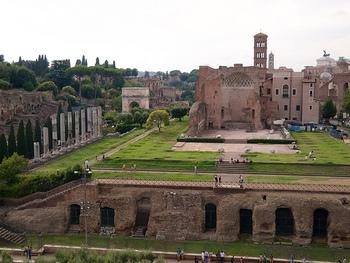 121年に建設が始まり、完成したのはハドリアヌスの没後となる141年。実に20年近くもかけた神殿の大きさは、現存する基壇だけでも長さ145m、幅100m。現在知られている古代ローマの神殿の中でも最大級です。