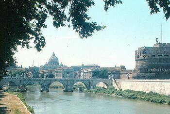 右にサンタンジェロ城、左に見えるのがバチカン市国にあるサン・ピエトロ大聖堂です。サンタンジェロ城は長い歴史の中でローマ法王の避難場所としても使われたこともあり、バチカン市国からはパセットと呼ばれる回廊がサンタンジェロ城まで通じています。