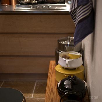 特徴は、バッテンの持ち手。デザイン性だけでなく機能的にも優れており、じつはフタが鍋敷きにもなりますし、この写真のように上にお鍋を重ねることもできます。これがなかなか役立つんです。