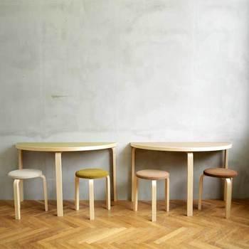 セット買いができるテーブルは2種類。ひとつめは、円を二等分したようなアルテックの「半円テーブル」。他では絶対に出会えないと断言してもいいデザインの仕上がりは、どんなふうに使おうかとワクワクします。