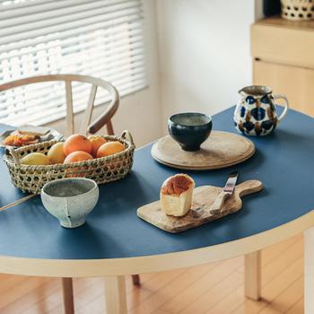 カクカクしていないので、スペースが限られたところでも使いやすい半円テーブル。キッチンやダイニングにおいて、ちょっと作業するスペースとして使うのもいいですね。
