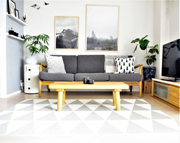 違いに気づきましたか? 大きく変わっているのはソファーの色。ホワイトからグレーに変わっています。 見比べみると、同じ部屋でも雰囲気が全く違うことが分かるはず。  ソファーがホワイトの方は、やわらかさや清らかさがありますが、グレーのソファーの部屋は渋さや大人っぽさを感じさせます。  インテリアひとつで、部屋の印象は全く違うものになるのです。