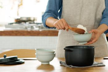 KAKOMIは、高温で焼き締めており、耐熱温度差500℃とたいへん丈夫な素材。吸水率がきわめて低いので、カビの心配がないだけでなく、におい移りもしにくいのが特徴。香りの強いパエリアの翌日でも、気にせず白米が炊けます。