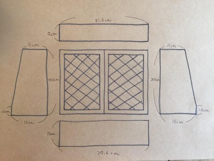 はじめに画像の図面のように、それぞれのサイズに合わせて材料をカットします。次に底になる板と脇の板をボンドで付けて、タッカーで3か所ぐらい止めます。上の板をかぶせるようにのせてボンドとタッカーで固定し、棚になる中板も同様に固定します(中板のサイズは横29.5×縦8.5cm)。