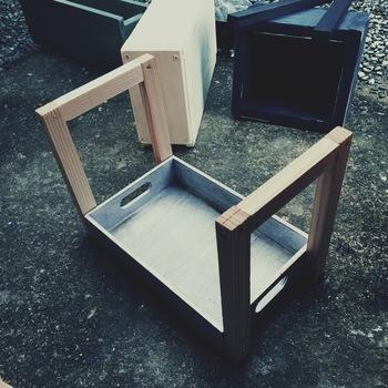 はじめに、ダイソーの木箱を塗装しておきます(お好みで)。次に画像のようにダイソーの木箱(中)の大きさに合わせて角材でコの字型に枠を作り、箱の側面にボンドで付けてビスで固定させます。固定したら木枠の上にダイソーの木箱(大)を置き、こちらもビス止めします。