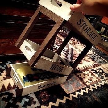 下段の木箱(中)の下に二段目の木箱を重ねて、片側だけ蝶番を付けます。下段の木箱の高さに合わせて角材をカットして、蝶番が付いていない方の側面にボンドで付けます。仕上げにアイアンペイントとステンシルしたら出来上がりです!下段は片側オープン式で使えるので、普段は目隠ししておきたい小物の収納に便利ですよ♪