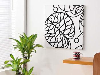 シンプルな部屋にしたいのであれば、なにも飾らない方が良いですが、北欧感を出したいのであれば、ポスターやパネルを取り入れるのがおすすめ。