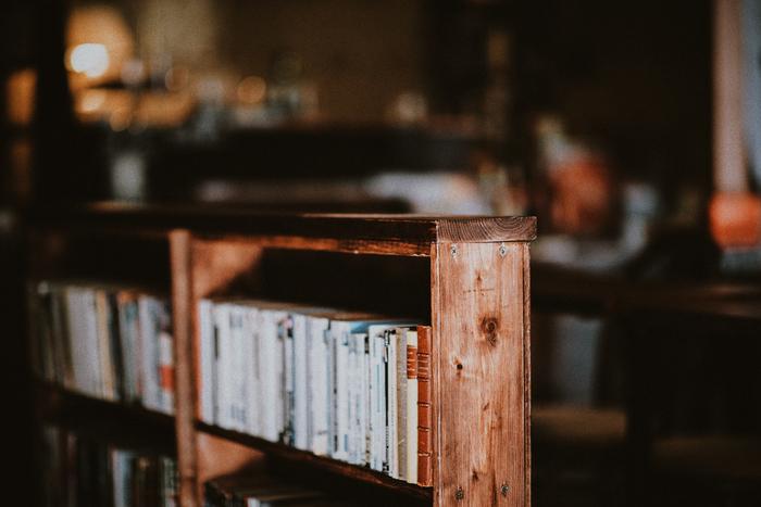 泊まれる本屋さんに行って、一晩中、好きなだけ本を読んでみるのもいいですよ。本を読みながら寝落ちできるというのも、素敵ですよね。