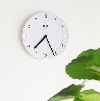 部屋のインテリアを大きく変更できないときは、小さなインテリアを工夫してみましょう。  たとえば、掛け時計。北欧風のモノトーンのお部屋に取り入れるなら、シンプルながらも存在感を感じるものがおすすめです。  ホワイトの掛け時計なら、ホワイトベースの部屋にも、ブラックベースの部屋にもあわせることができます。