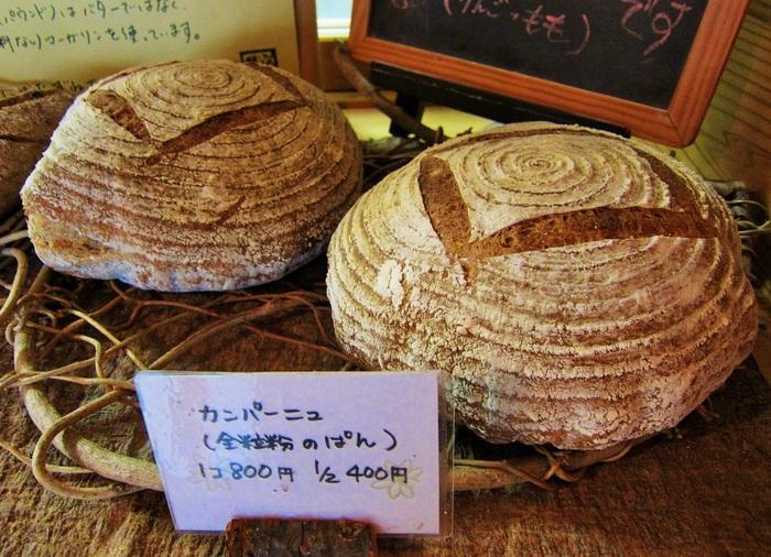 皮はパリッ、中はモチモチ。石窯で焼くパンの美味しさは、家庭ではマネできません。