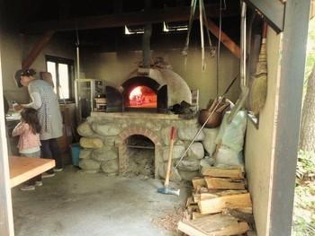 パンもピッツァもこの石窯で。