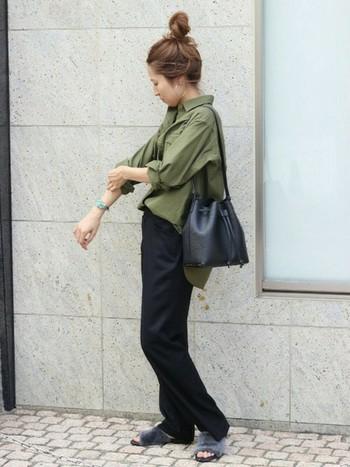 カーキ✕ブラックという、一見ハードになりがちなコーディネートも、襟を抜いて手首を見せると、ほんのり女性らしい雰囲気に。