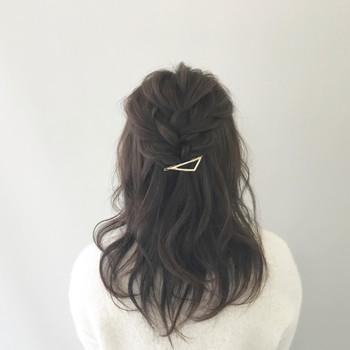 単純な三つ編みで作る、編み込み風のハーフアップです。シンプルなヘアアクセもよく映えます。