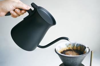 ドプアオーバーケトルは、ドリップがとてもラク。フラップ式の蓋は、片手で開閉でき、傾けても落ちません。ノズルも細長く、湯量をコントロールしやすいのでおいしくコーヒーが淹れられます。