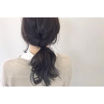ノットヘアーは、ゴムもヘアアクセも使わずに、髪を結ぶだけでできるアレンジのこと。海外発の新しいヘアスタイルで、ゆるっとナチュラルに決まると注目を集めています。