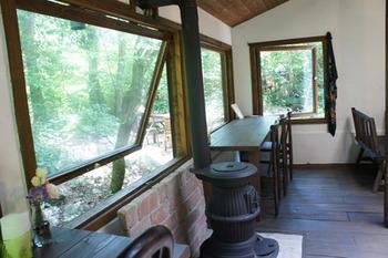 店内の窓から森の空気を楽しむことができます。レトロなストーブもいい感じですね。