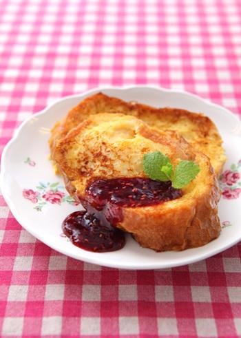 カチカチのバゲットにたっぷりの卵液を浸み込ませてフレンチトーストに。バゲットの厚みはお好みで♪日曜日などのゆっくり出来る朝に、丁寧に作りたい基本のレシピです。