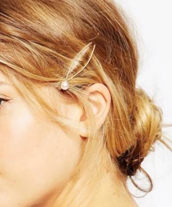 サイドの髪を抑えているパールのついたヘアピンが可愛いですね。