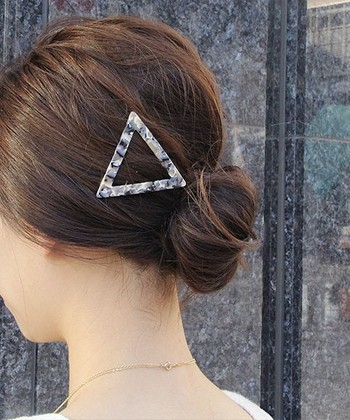 透かしマーブルの三角モチーフが、シンプルなヘアアレンジのアクセント。