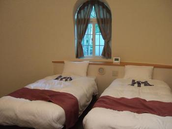 外観のインパクトとは対照的に、コテージの中には快適なホテル空間が広がっています。