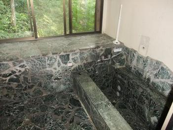 半地下のお風呂。こちらはなんと温泉になっています。