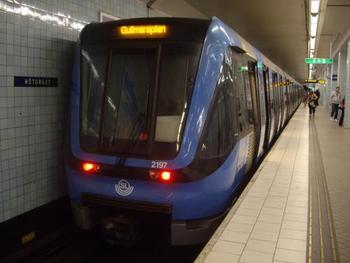 おそらく一番使い勝手がいいのが地下鉄。地下鉄といっても地上を走る部分もあり、ちょっと離れた郊外までもカバーしています。路線は3種類で色別でわかれており、グリーンライン、ブルーライン、レッドラインとなっています。 週末は、本数は少ないですが一晩中動いているんですよ。