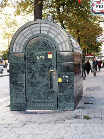 街中の公衆トイレ。こちらは10クローナコインをいれて使用するタイプ。 最近では携帯でメールを送って支払うタイプのものも見かけます。